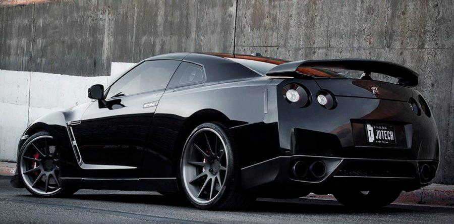 Мощный спортивный автомобиль Nissan GT-R 2016 года